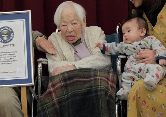 Misao Okawaová se svým prapravnukem Hibikim.