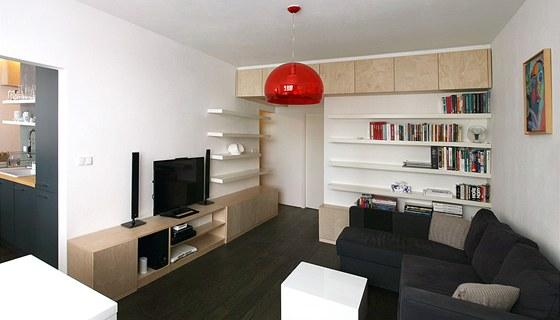Na vestavěný nábytek vobývacím pokoji byla použita dýhovaná dřevotříska.