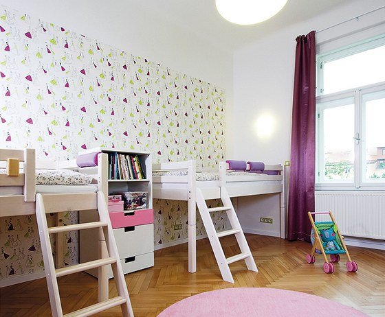 Ložnice se proměnila na pokoj pro dvě malé slečny.