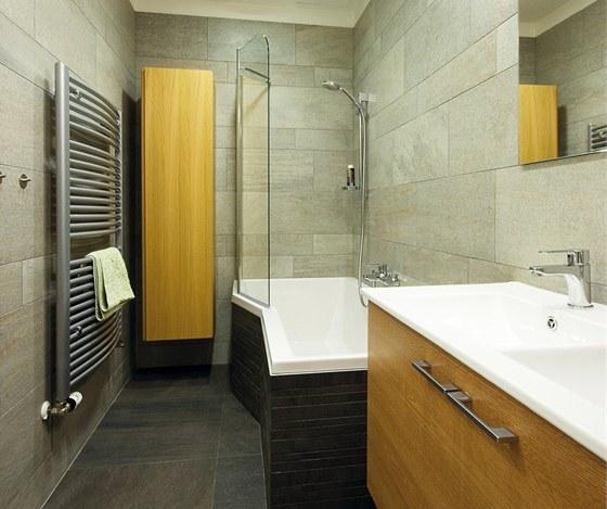 Obklad vany tvoří na proužky rozřezaná kamenná dlažba použitá na podlaze. Efekt