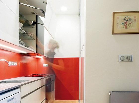 V kuchyni zaujme žulová deska, kterou si manželé nemohou vynachválit.
