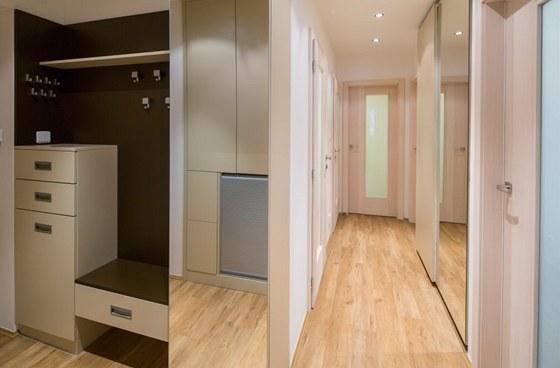 Hned vlevo za dveřmi je vyšší komoda se zásuvkami, lavice ksezení a velký