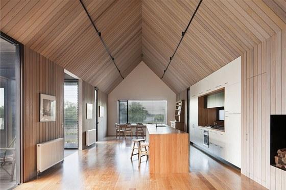 Manželé moderní kuchyň doplnili o masivní stoly, židle a generacemi děděnou