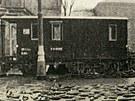 Barikáda na konci II. světové války v Plzeňské ulici. Vpravo je vidět synagoga,