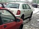 Zni�en� auta jsou odstavena za z�enou vozovkou.