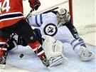 Brankář Winnipegu Ondřej Pavelec likviduje další útočný pokus New Jersey.