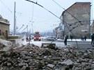 Trosky domu spadly na frekventovanou křižovatku mezi centrem Ústí, trmickým