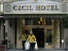 Hasiči u vchodu do recepce hotelu Cecil, kde našli tělo mrtvé Kanaďanky. (19.