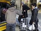 Michael a Sabina Baughovi odjíždějí z hotelu Cecil, kde našli tělo mrtvé dívky.
