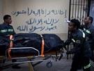 Záchranáři odvážejí oběti úterní nehody balonu v blízkosti egyptského Luxoru.