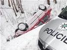 Osobní auto sjelo do příkopy u Bečova nad Teplou (23. února 2013).