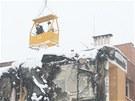První den demolice výbuchem poškozeného domu (23. února 2013).