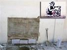 Londýnská kresba slavného výtvarníka Banksyho (ve výřezu vpravo) před časem