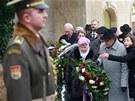 Naděžda Kavalírová (uprostřed) z Konfederace politických vězňů položila květiny