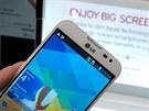 LG Optimus G Pro má velmi tenký ráme�ek. Jediným nedostatkem displeje jsou