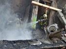 Před hledáním v troskách museli hasiči zlikvidovat doutnající ohniska.