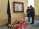 Lidé na pietním místě před radnicí rozsvěcují svíčky. (19. února 2013)