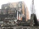 Jeřáb snáší první odřezané panely ze zničeného domu ve Frenštátě pod Radhoštěm.