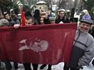 Mladí komunisté na Olšanské hřbitovy přišli i s vlajkami s Leninovou podobiznou