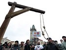 Organizátoři na Staroměstském náměstí postavili rudou klec a improvizovanou
