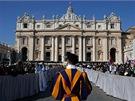 Poutníci ve Vatikánu čekají na papeže Benedikta XVI.
