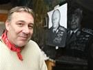 Petr Šebesta před svým dílem - portrétem někdejšího prezidenta Československa