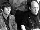 Richard Lester (vpravo) na tiskové konferenci s Johnem Lennonem