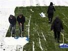 Dobrovolníci uklízejí sníh na libereckém stadionu před derby s Jabloncem.