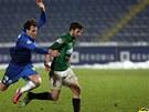 DOSTIH O MÍČ. Michael Rabušic z Liberce (vlevo) se snaží předstihnout jabloneckého soupeře, Marek Kysela má k míči blíž.