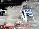 Kyle Larson (��slo 32) p�i nehod� v z�vodu NASCAR v Dayton�.
