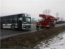 Autobus stojící koloně za nehodou se snažil otočit, ale uvázl v bahně za