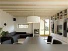 Obytný prostor 1: od kuchyně se otevírá pohled na jídelní stůl i sezení,