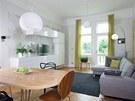 V obývacím pokoji se setkávají skříňky IKEA s nábytkem na zakázku, židlemi