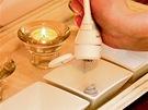 Kosmetička si připravuje krémy, které bude používat.