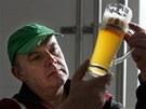 Sládek Miroslav Broz se sklenicí dvanáctistupňového piva Kynšperský zajíc.