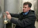 Radek Vomočil, ředitel nového pivovaru v Kynšperku, čepuje do sklenice vzorek