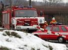 Drážní inspekce a hasiči vyjeli na místo, aby zjistili příčinu vykolejení a