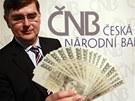 Padělků české měny bylo v roce 2012 zadrženo 3 596. Na snímku ukazuje člen
