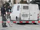Lupiči se snažili donutit posádku auta vydat peníze střelbou do zadních a