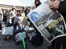 Věřící se začali na Svatopetrském náměstí scházet už od časného rána.
