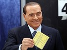 Bývalý italský premiér vhodil svůj hlas do volební urny v Miláně.