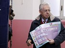 Volební lístky si nese dosluhující premiér Mario Monti.