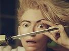 Tilda Swintonová si v klipu zahrála manželku Davida Bowieho.