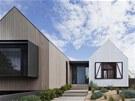 Dům obklopuje upravená zahrada, inspirovaná plážemi a suchými trávami okolní