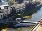 Smy�ka na most� m� symbolicky  je symbolick�m ztv�rn�n�m br�ny, kter� propojuje