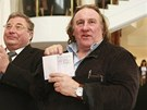 G�rard Depardieu ukazuje sv�j rusk� pas (23. �nora 2013).
