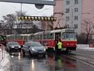 tramvaj stojící poté, co v podjezdu ve Švehlově strhl kamion vedení