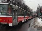 kolona tramvají poté, co kamion ve Švehlově sttrhnul trolej