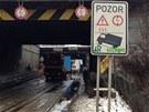 kamion v podjezdu ve Švehlově ulici špatně odhadnul výšku a strhnul vedení