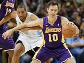 Steve Nash  z LA Lakers se sna�í udr�et mí� p�ed zu�ivým napadáním Andreho